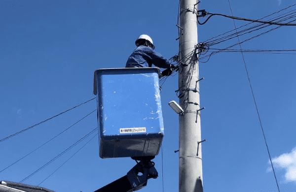 電柱から光ファイバーを引き込む作業