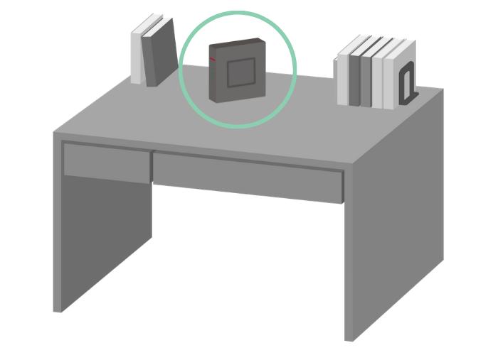 机の上にWiFiルーターを置くイメージ